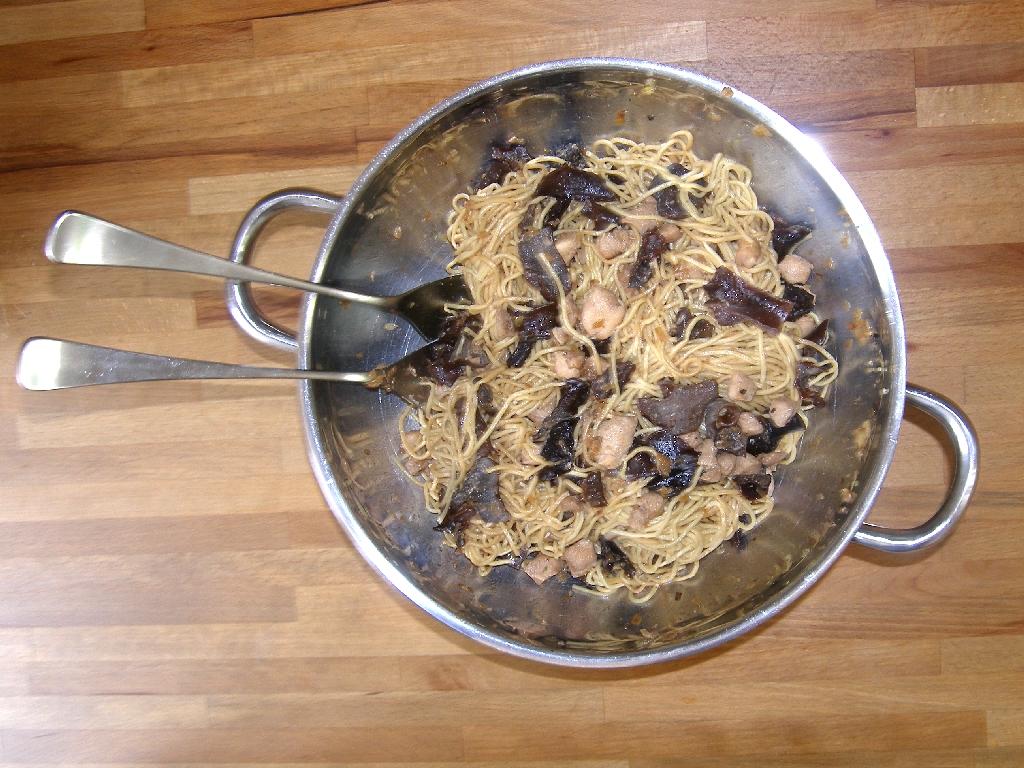 Poulet sauté aux shiitakés et nouilles chinoises.