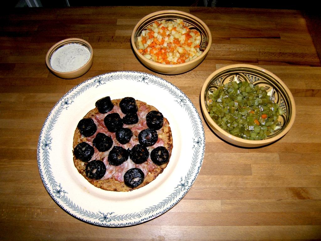 Galette de pain au boudin d'Espelette avec sauce et accompagnement de légumes étuvés au beurre.