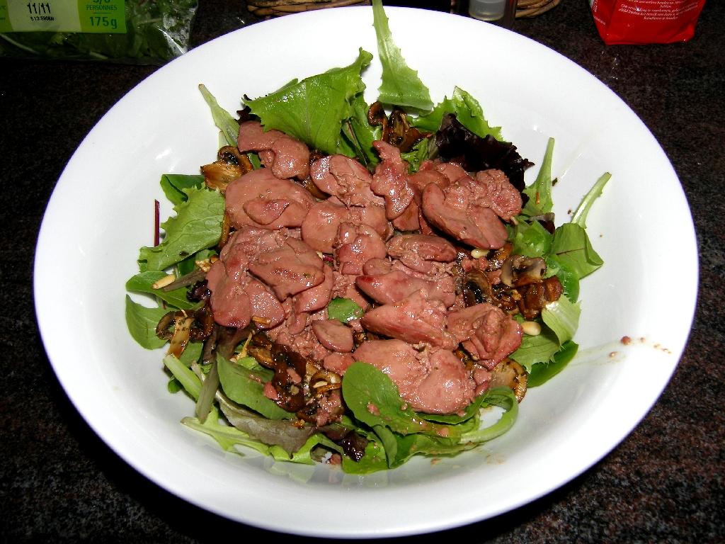 Salade de foies de volailles confits aux pignons de pin