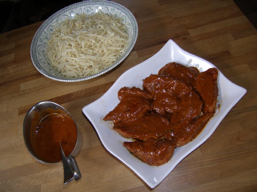 Poulet au vinaigre avec sauce et nouilles.