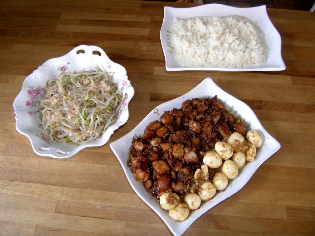 Thit-khô avec ses accompagnements : œufs de caille, riz blanc et salade de germes de soja.
