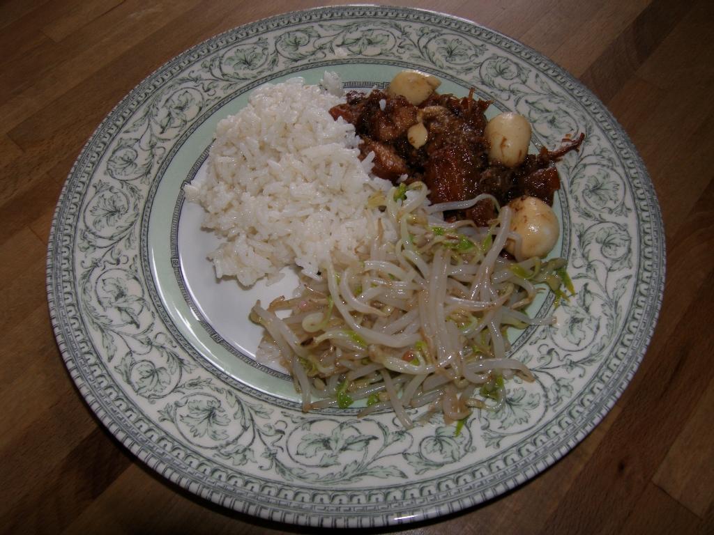 Assiette de thit-khô, salade de germes de soja et riz thaï.