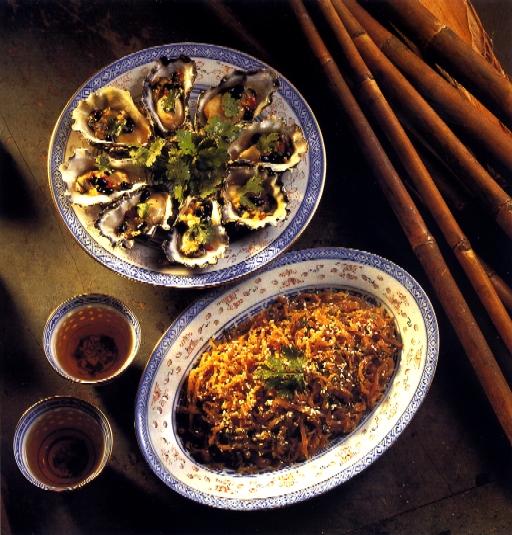 Huîtres à la vapeur (en haut) ; salade de méduse (en bas). Crédit photographique : Andrew Furlong, photographe, et Marie-Hélène Clauzon, styliste, 1993.