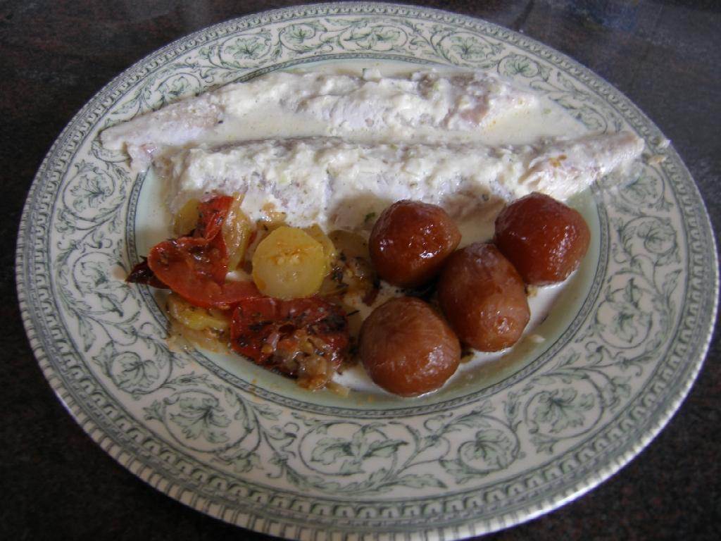 Tian de tomates et de courgettes, ici en accompagnement de fillets de merlus cuits au four, en compagnie de petits navets glacés au miel !