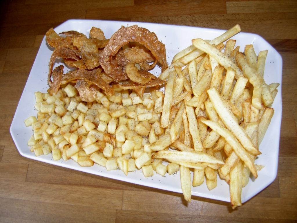 Assortiment de trois frites : frites, dés frits et pluches frites.