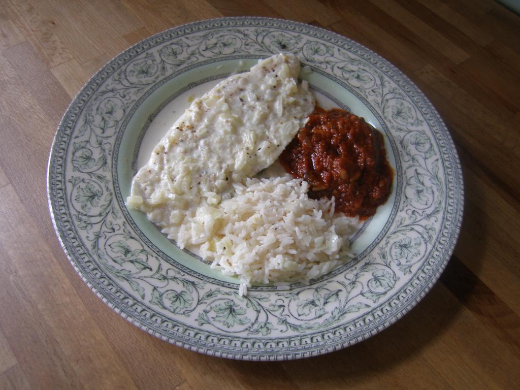 Filets de poissons à la Normande au four (ici, filets de pangas accompagnés de riz et de compotée de tomates à la Napolitaine)).