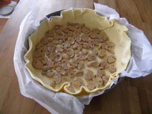 Septième étape : garnir le fond de pâte avec les champignons.