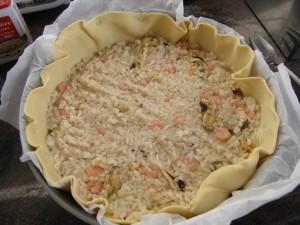 Huitième étape : garnir avec le mélange riz, moules et crevettes.