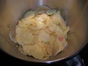 """Pommes de terre épuchées et tranchées façon """"chips""""."""