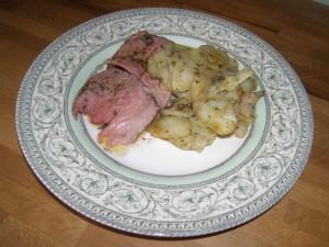Gratin de pommes de terre à la coriandre, ici en bonne compagnie d'une tranche de méchoui aux herbes !