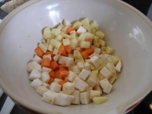 Pommes de terre, carottes et céleri-rave en dés.