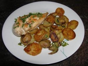 Pommes de terre sautées à la maître-d'hôtel, ici en accompagnement d'un blanc de poulet poêlé.