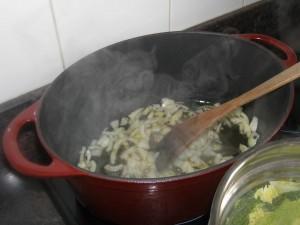 On fait dorer les oignons dans la cocotte.
