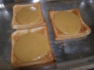 Les toast welsh rabbit prêts à passer au grill pour la cuisson finale !