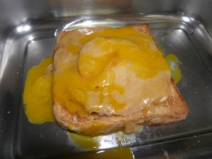 Et une couche de crème au cheddar et un œuf battu pour finir avant de passer au grill !