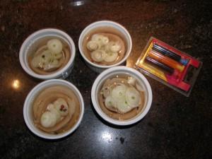 Les harengs et les petits oignons noyés dans les ramequins... avec les colorants alimentaire qui rôdent pas loin...