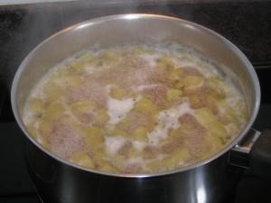 Compotage de la rhubarbe dans le sirop.