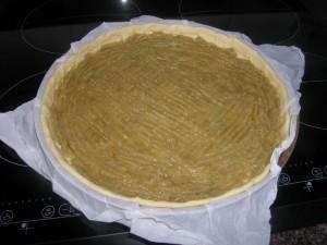 Garniture du fond de tarte avec la compote de rhubarbe.