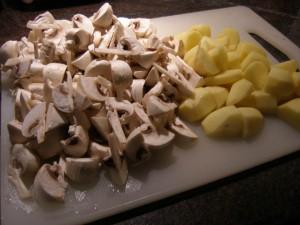Pommes de terre en dés et champignons en petits quartiers.