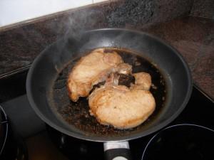 On fait dorer gentillement les côtes de porc dans un petit peu de margarine.