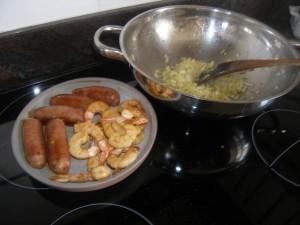 On réserve chorizo et crevettes et on fait suer l'oignon...