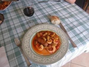 Et une assiette de crevettes, moules, chorizos frais et gnocchi, une !