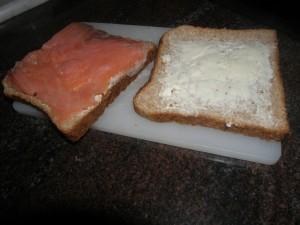 Toasts tartinés de Vache qui rit et saumon en place...