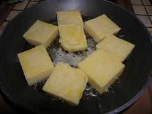 Les carrés de polenta rissolent dans la poêle !