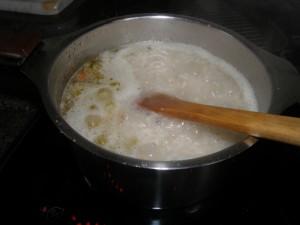 On met le riz, on fait reprendre le bouillon puis on mêle avec la spatule en permanence.
