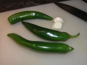 Piments doux verts et demies gousses d'ail.