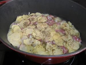 ...et on recommence avec une nouvelle couche de pommes de terre, etc., en finissant par une couche avec le reste des pommes de terre !