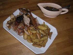 Pommes-frites rustiques rôties au romarin (ici avec une cuisse de chevreau rôtie).