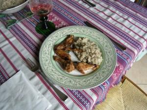 Risotto aux champignons de paris, servi ici avec des ailes de poulets rôtis.